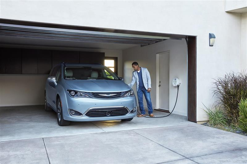2017 Chrysler Pacifica Hybrid Image