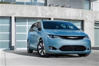 2017 Chrysler Pacifica Hybrid image.