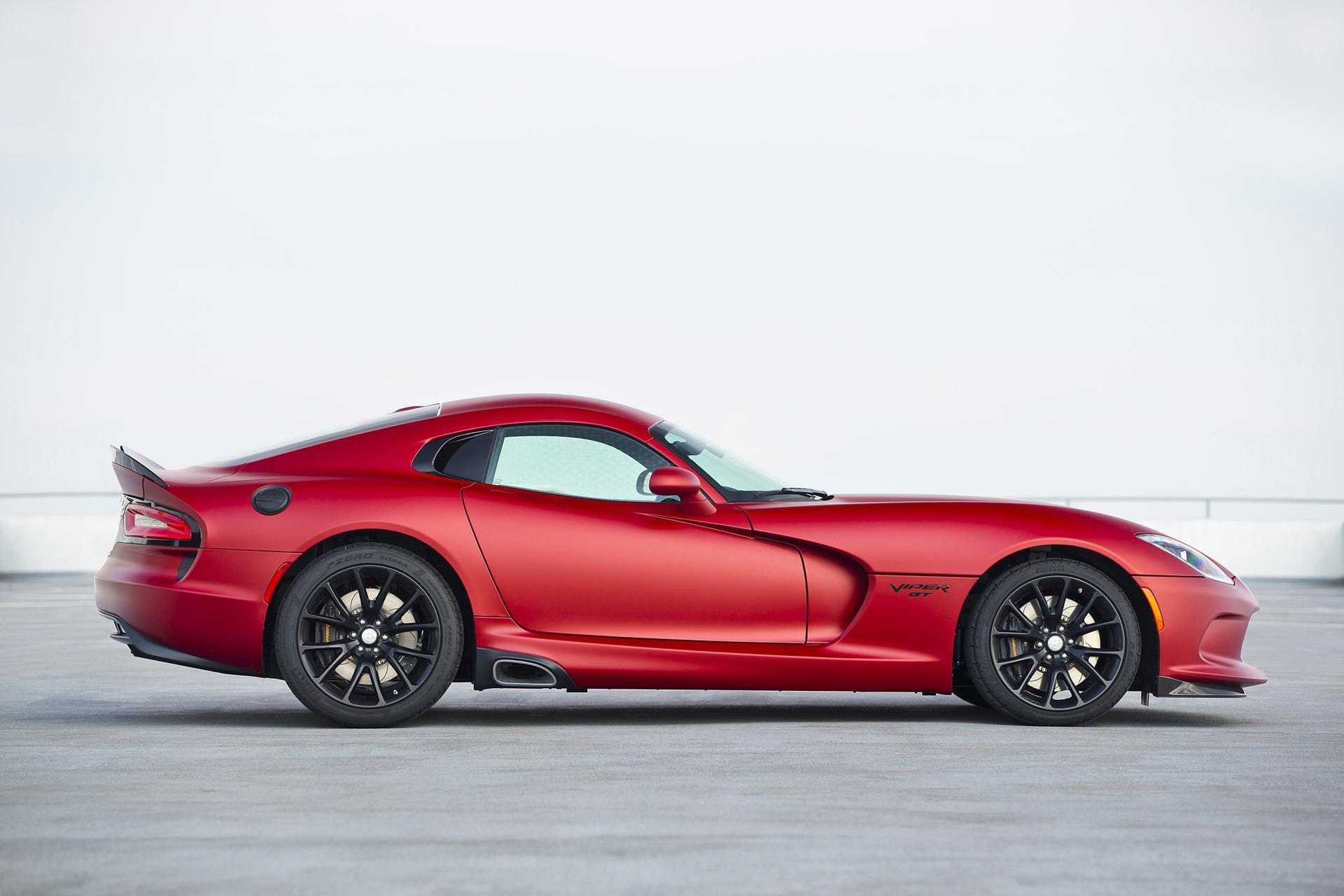 красный спортивный автомобиль Dodge Viper SRT  № 1128454  скачать