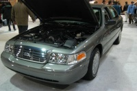 2004 Ford Crown Victoria image.