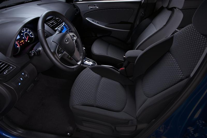 nội thất Hyundai Accent 2013