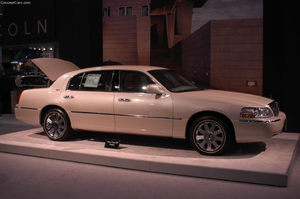 Auction results and data for 2003 Lincoln Town Car | Conceptcarz.com