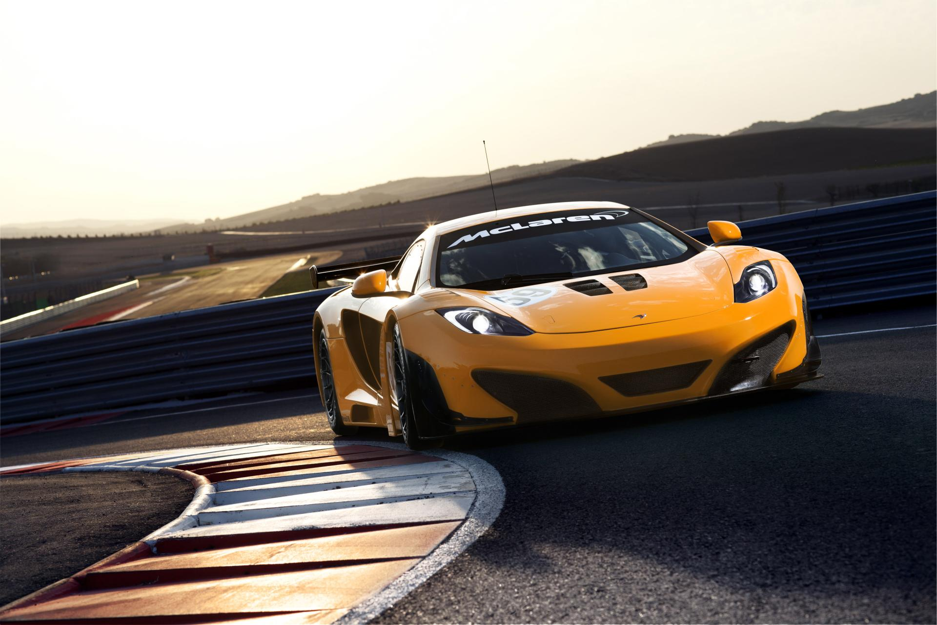 желтый спортивный автомобиль McLaren MP4 12C GT3  № 667669 бесплатно