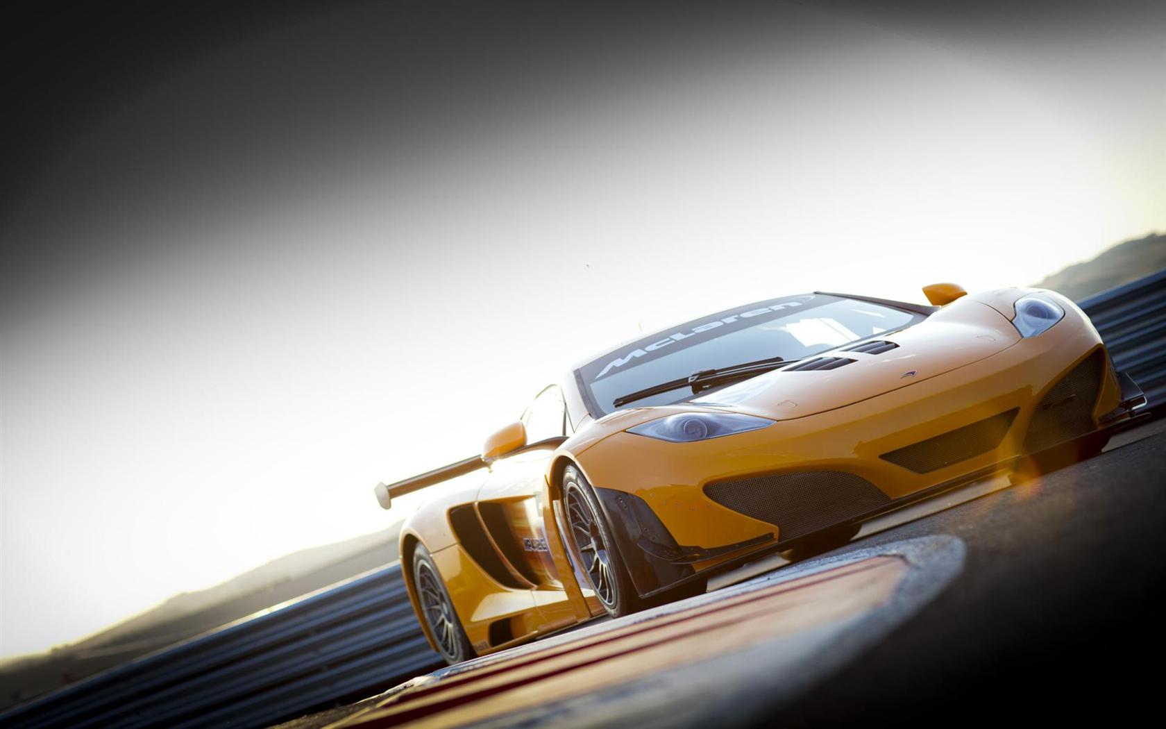 желтый спортивный автомобиль McLaren MP4 12C GT3  № 667595 без смс