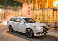 2017 Mitsubishi Outlander PHEV image.