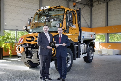 Mercedes-Benz Special Trucks: First Unimog featuring Euro VI is delivered to customer