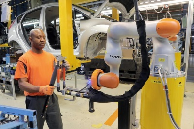 CAR WORKERS BUDDY UP WITH ROBOTS – MAN AND MACHINE WORK HAND-IN-HAND AS FORD APPLIES INDUSTRY 4.0 AUTOMATION