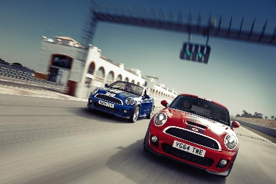 The MINI Coupé and the MINI Roadster: two athletes turn into the final straight.