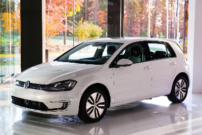 VOLKSWAGEN E-GOLF RAISES MONEY TO BENEFIT GLOBAL GREEN USA AFTER A SUCCESSFUL CHARITY AUCTION