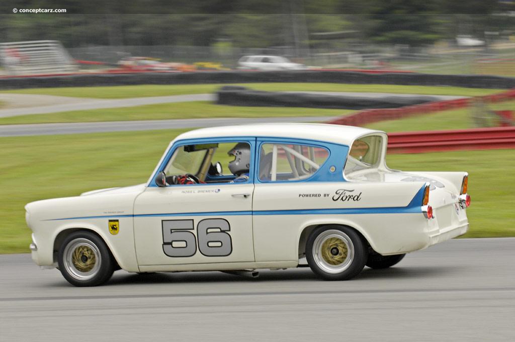 """Ford Anglia , o mesmo ficou famoso por ser usado em uma das séries de filmes do """"Harry Potter"""". Era o carro da família de um dos integrantes da história."""