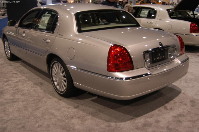 2004 lincoln town car image photo 4 of 5. Black Bedroom Furniture Sets. Home Design Ideas