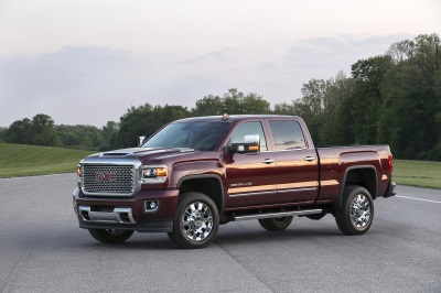 2017 GMC SIERRA DENALI 2500HD: BOLD HOOD DESIGN HINTS AT WHAT LIES BENEATH