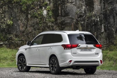 MITSUBISHI OUTLANDER PHEV 4WORK COLLECTS WHAT VAN? GREEN AWARD FOR 2017