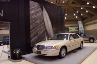 2002 Lincoln Town Car image.